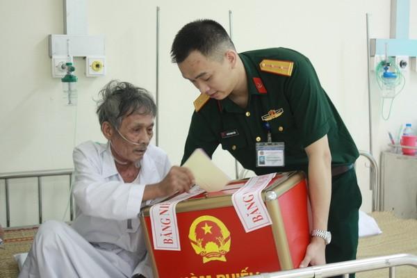 Chùm ảnh: Cử tri Hà Nội nô nức đi bầu cử ảnh 15