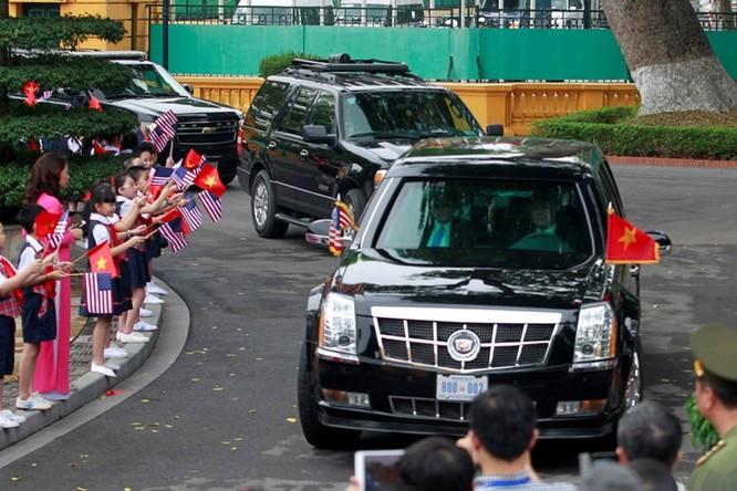 Đoàn xe chở ông Obama tiến vào Phủ Chủ tịch sáng 23/5. (Ảnh: Reuters)