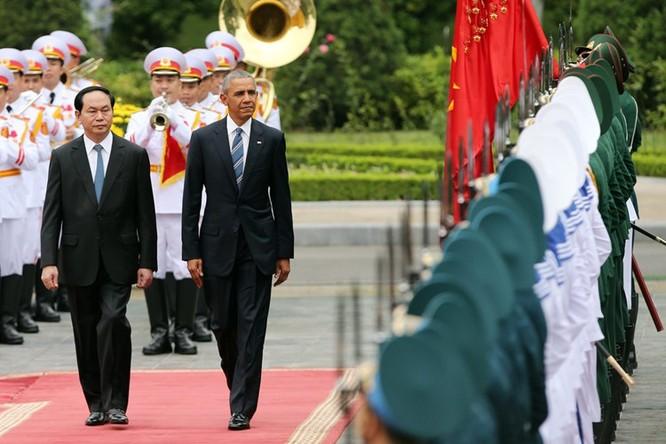 Chủ tịch nước Trần Đại Quang và Tổng thống Mỹ duyệt Đội danh dự Quân đội nhân dân Việt Nam. (Ảnh: EPA)