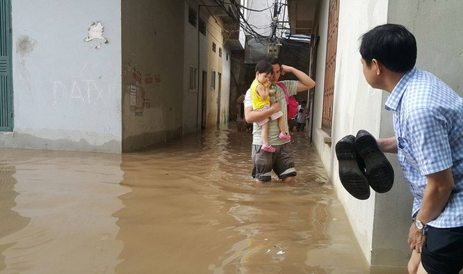 Hà Nội: Phố thành sông, giao thông tê liệt (video) ảnh 2