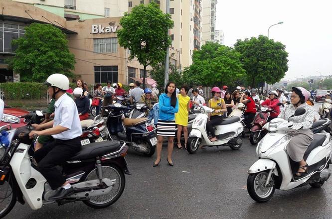 Hà Nội: Phố thành sông, giao thông tê liệt (video) ảnh 12