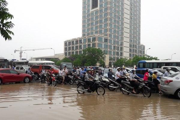 Hà Nội: Phố thành sông, giao thông tê liệt (video) ảnh 13