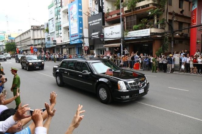 Video: Người dân TP.HCM đứng kín ven đường tiễn ông Obama ảnh 7