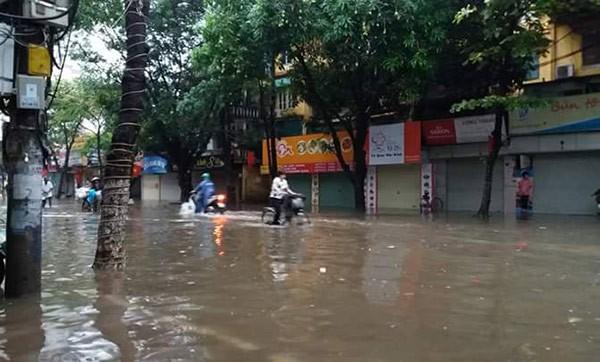Hà Nội: Phố thành sông, giao thông tê liệt (video) ảnh 22
