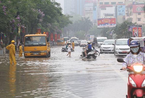 Hà Nội: Phố thành sông, giao thông tê liệt (video) ảnh 15