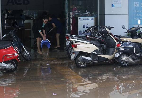 Hà Nội: Phố thành sông, giao thông tê liệt (video) ảnh 16