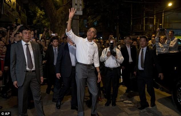 Tổng thống Obama uống bia, ăn bún chả, đi chợ đêm Hà Nội lên báo nước ngoài ảnh 15