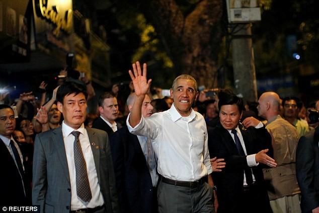 Tổng thống Obama uống bia, ăn bún chả, đi chợ đêm Hà Nội lên báo nước ngoài ảnh 13