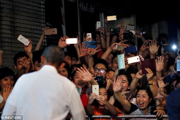 Tổng thống Obama uống bia, ăn bún chả, đi chợ đêm Hà Nội lên báo nước ngoài ảnh 5