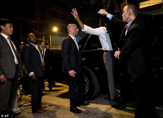 Tổng thống Obama uống bia, ăn bún chả, đi chợ đêm Hà Nội lên báo nước ngoài ảnh 10