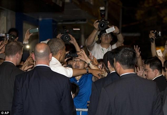 Tổng thống Obama uống bia, ăn bún chả, đi chợ đêm Hà Nội lên báo nước ngoài ảnh 6