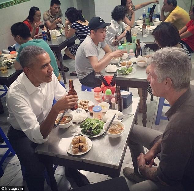 Tổng thống Obama uống bia, ăn bún chả, đi chợ đêm Hà Nội lên báo nước ngoài ảnh 1