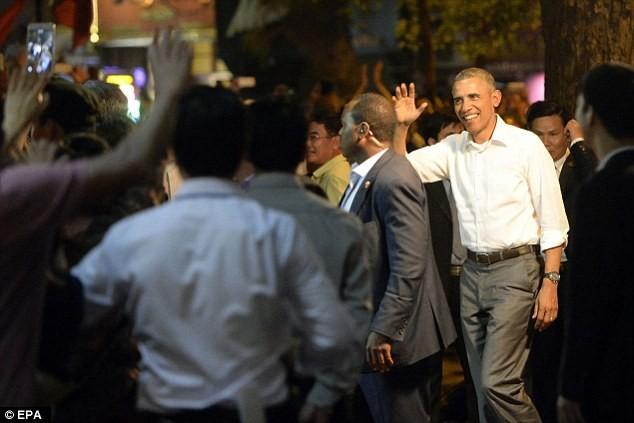 Tổng thống Obama uống bia, ăn bún chả, đi chợ đêm Hà Nội lên báo nước ngoài ảnh 8