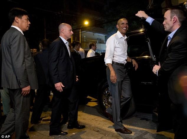 Tổng thống Obama uống bia, ăn bún chả, đi chợ đêm Hà Nội lên báo nước ngoài ảnh 9