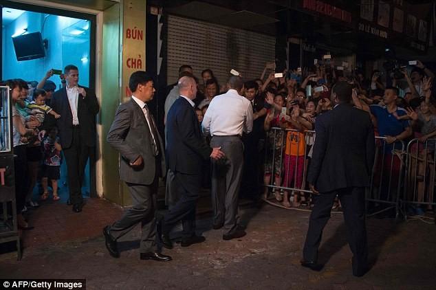 Tổng thống Obama uống bia, ăn bún chả, đi chợ đêm Hà Nội lên báo nước ngoài ảnh 4
