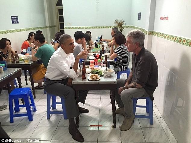Tổng thống Obama uống bia, ăn bún chả, đi chợ đêm Hà Nội lên báo nước ngoài ảnh 2