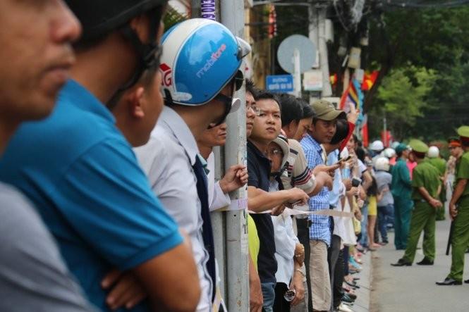 Video: Người dân TP.HCM đứng kín ven đường tiễn ông Obama ảnh 3