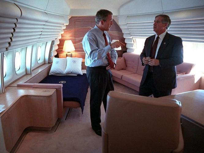 Chùm ảnh hiếm: Khoảnh khắc Tổng thống Bush nhận tin Mỹ bị khủng bố 11/9 ảnh 8