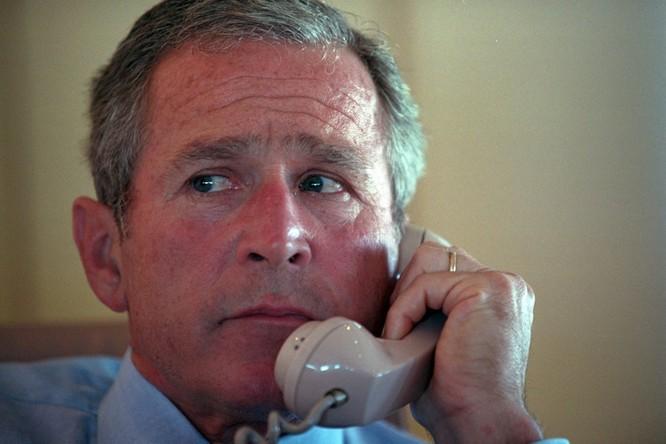Chùm ảnh hiếm: Khoảnh khắc Tổng thống Bush nhận tin Mỹ bị khủng bố 11/9 ảnh 9