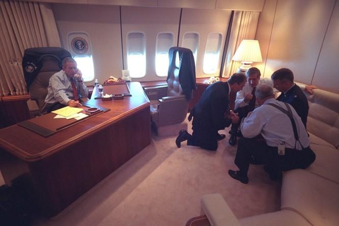 Chùm ảnh hiếm: Khoảnh khắc Tổng thống Bush nhận tin Mỹ bị khủng bố 11/9 ảnh 10