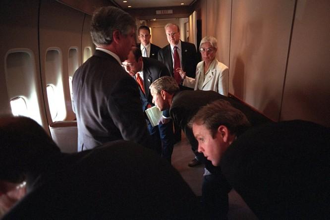 Chùm ảnh hiếm: Khoảnh khắc Tổng thống Bush nhận tin Mỹ bị khủng bố 11/9 ảnh 13