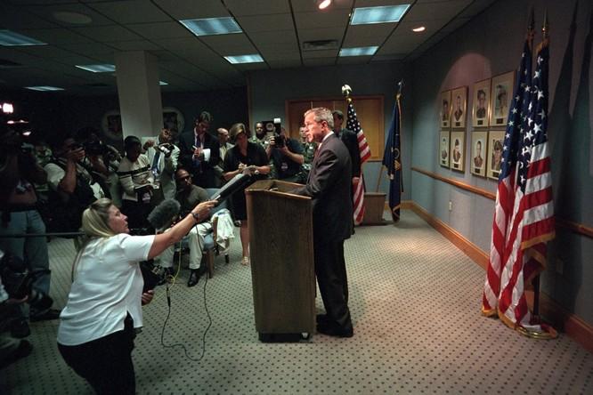 Chùm ảnh hiếm: Khoảnh khắc Tổng thống Bush nhận tin Mỹ bị khủng bố 11/9 ảnh 16
