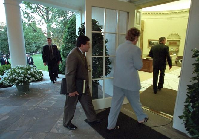 Chùm ảnh hiếm: Khoảnh khắc Tổng thống Bush nhận tin Mỹ bị khủng bố 11/9 ảnh 18