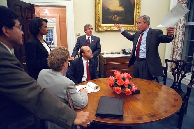 Chùm ảnh hiếm: Khoảnh khắc Tổng thống Bush nhận tin Mỹ bị khủng bố 11/9 ảnh 19