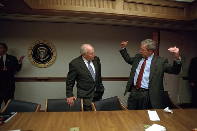 Chùm ảnh hiếm: Khoảnh khắc Tổng thống Bush nhận tin Mỹ bị khủng bố 11/9 ảnh 20