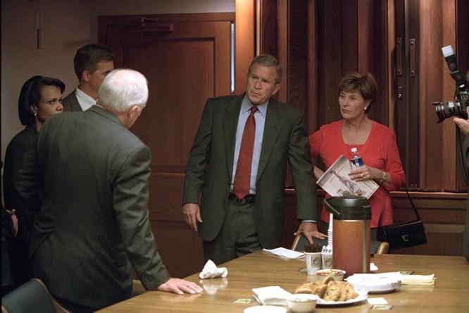 Chùm ảnh hiếm: Khoảnh khắc Tổng thống Bush nhận tin Mỹ bị khủng bố 11/9 ảnh 22