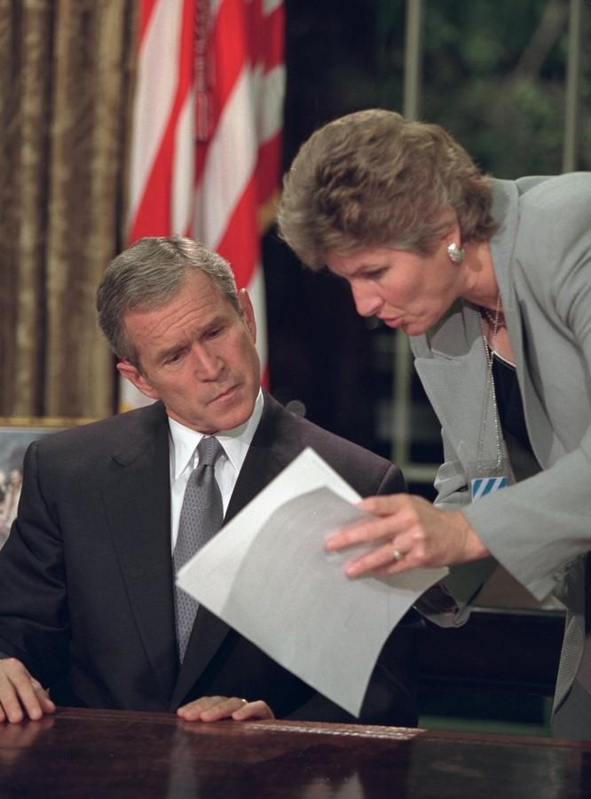 Chùm ảnh hiếm: Khoảnh khắc Tổng thống Bush nhận tin Mỹ bị khủng bố 11/9 ảnh 23