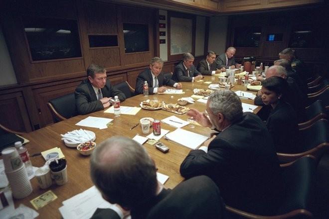 Chùm ảnh hiếm: Khoảnh khắc Tổng thống Bush nhận tin Mỹ bị khủng bố 11/9 ảnh 24