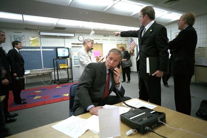Chùm ảnh hiếm: Khoảnh khắc Tổng thống Bush nhận tin Mỹ bị khủng bố 11/9 ảnh 1