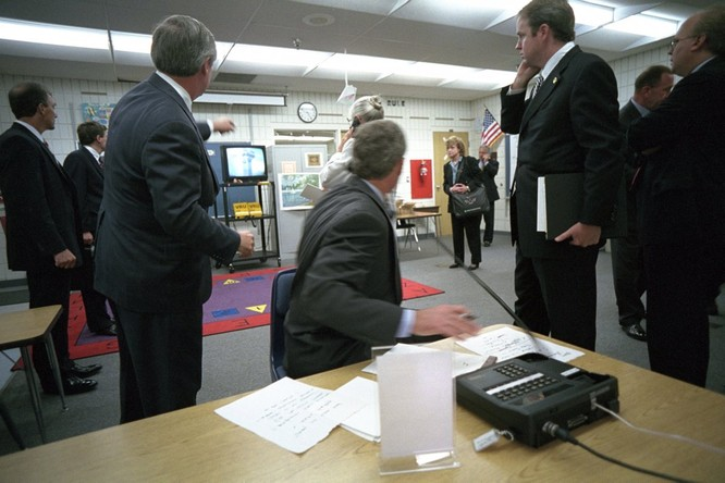 Chùm ảnh hiếm: Khoảnh khắc Tổng thống Bush nhận tin Mỹ bị khủng bố 11/9 ảnh 2
