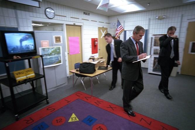 Chùm ảnh hiếm: Khoảnh khắc Tổng thống Bush nhận tin Mỹ bị khủng bố 11/9 ảnh 3