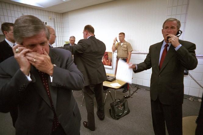 Chùm ảnh hiếm: Khoảnh khắc Tổng thống Bush nhận tin Mỹ bị khủng bố 11/9 ảnh 4