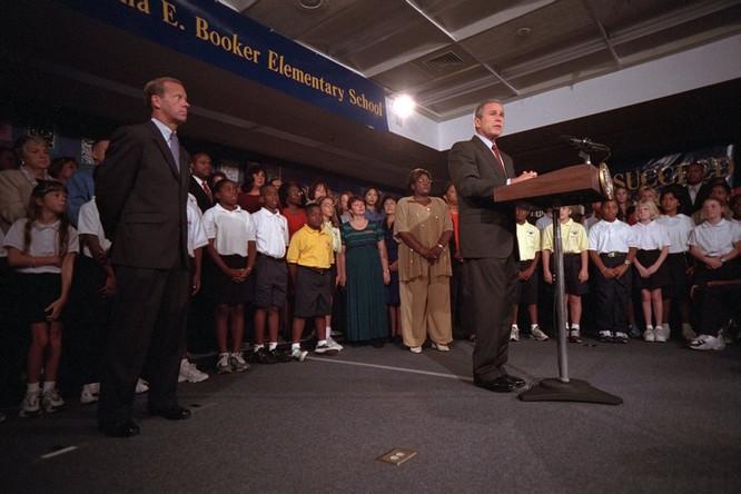 Chùm ảnh hiếm: Khoảnh khắc Tổng thống Bush nhận tin Mỹ bị khủng bố 11/9 ảnh 5