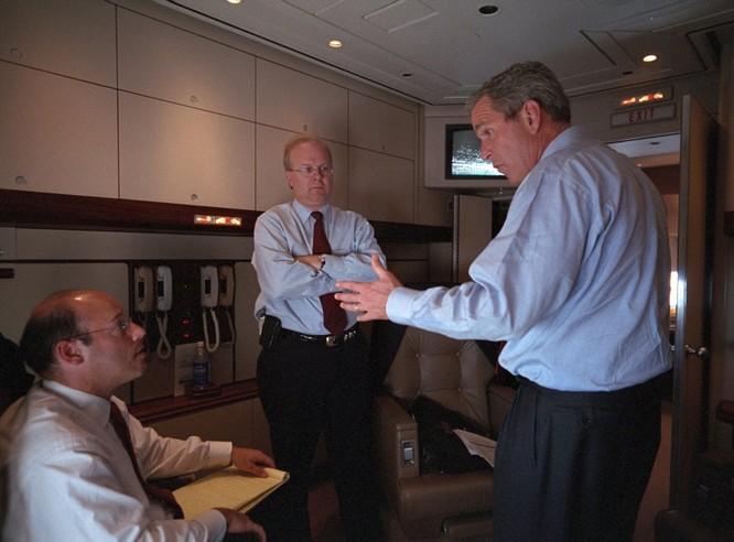 Chùm ảnh hiếm: Khoảnh khắc Tổng thống Bush nhận tin Mỹ bị khủng bố 11/9 ảnh 11