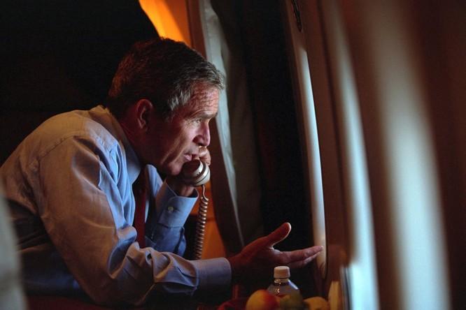 Chùm ảnh hiếm: Khoảnh khắc Tổng thống Bush nhận tin Mỹ bị khủng bố 11/9 ảnh 12