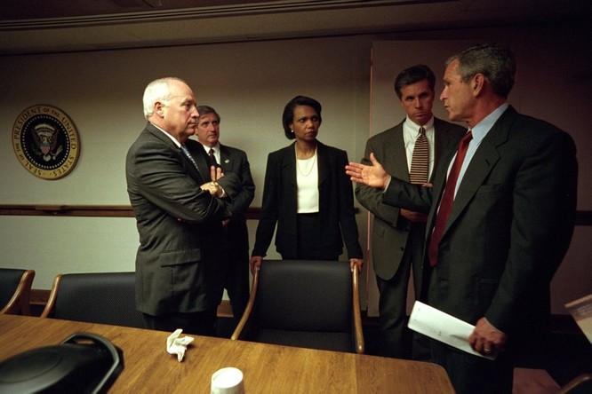 Chùm ảnh hiếm: Khoảnh khắc Tổng thống Bush nhận tin Mỹ bị khủng bố 11/9 ảnh 21
