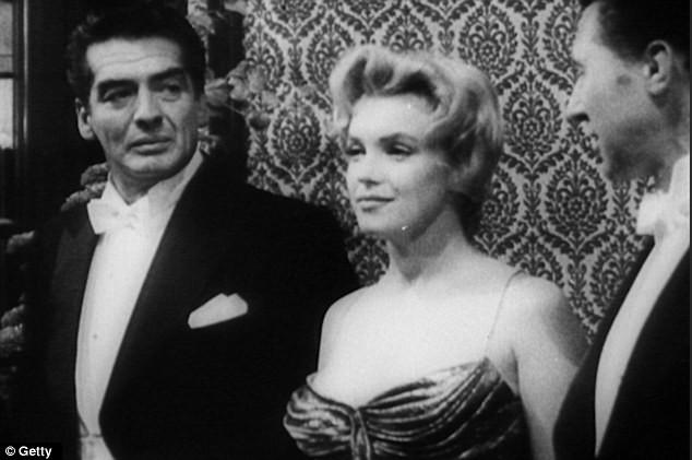 """Video: """"Quả bom sex"""" Marilyn Monroe mặc gì khi diện kiến nữ hoàng Anh? ảnh 1"""