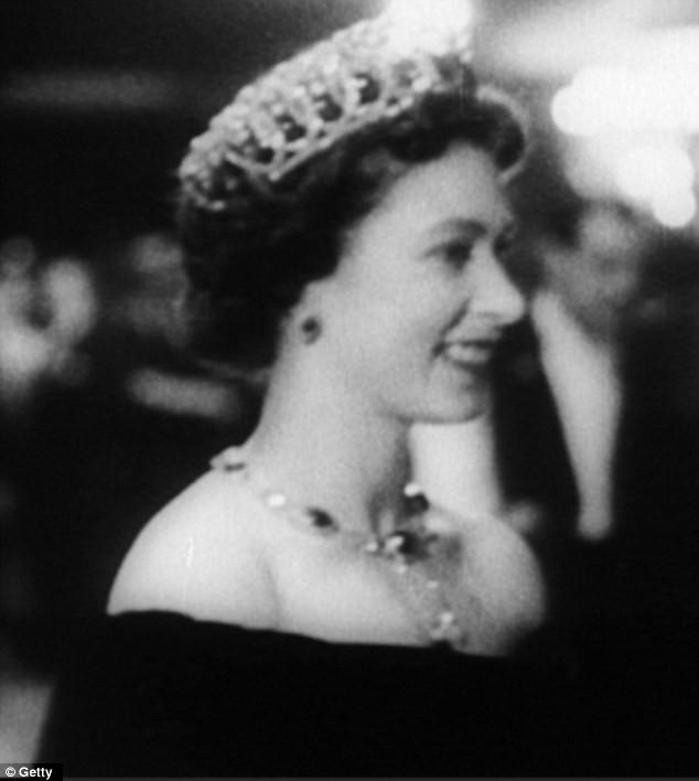 """Video: """"Quả bom sex"""" Marilyn Monroe mặc gì khi diện kiến nữ hoàng Anh? ảnh 3"""