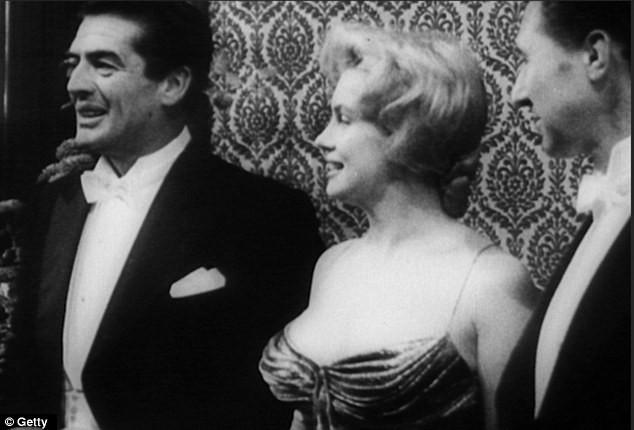 """Video: """"Quả bom sex"""" Marilyn Monroe mặc gì khi diện kiến nữ hoàng Anh? ảnh 4"""