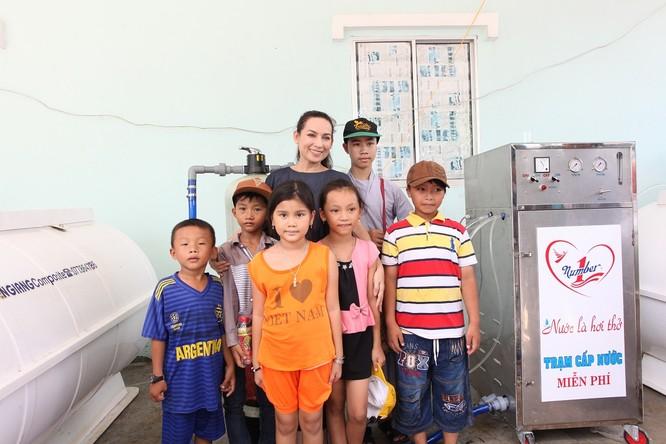 Ca sĩ Phi Nhung và các em nhỏ bên máy lọc nước do Tập đoàn Tân Hiệp Phát tài trợ tại tỉnh Kiên Giang.jpg