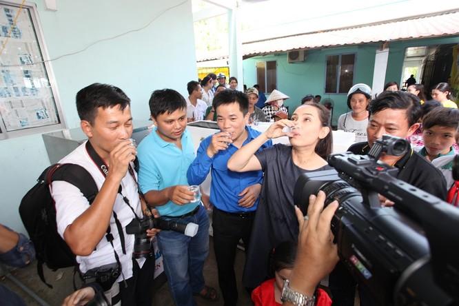 Ca sĩ Phi Nhung_Đại sứ chương trình Nước ngọt nghĩa tình trao nước ngọt sau khi lọc cho người dân uống thử.jpg Bỏ file này