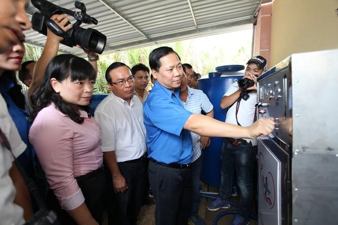 Ông Nguyễn Phi Long_Bí thư Trung ương Đoàn vận hành máy lọc nước mặn thành nước ngọt tại Tiền Giang.jpg Bỏ file này