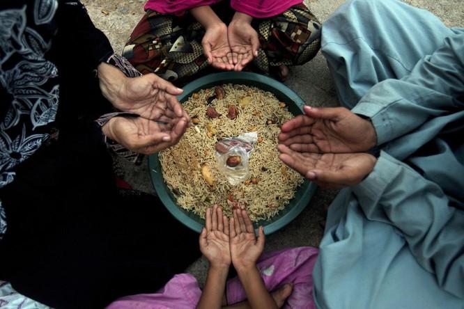 Gia đình cầu nguyện trước bữa ăn trong tháng chay Ramadan ở Karachi, Pakistan