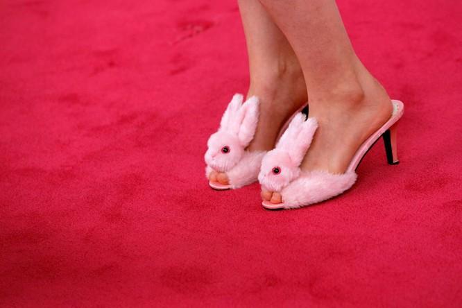 Đôi giày hình thỏ màu hồng của nữ diễn viên Lena Dunham trong thời gian trao giải thưởng CFDA ở New York