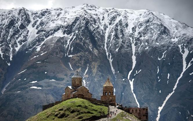 Nhà thờ Thánh Ba ngôi trong làng Gergeti trên sườn núi Kazbek ở Gruzia