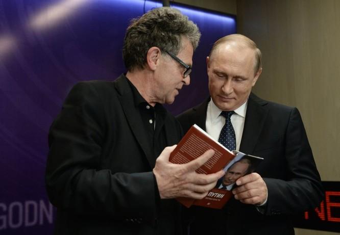 Nhà báo Hubert Seipel của kênh truyền hình Đức ARD / NDR và Tổng thống Nga Vladimir Putin tại lễ ra mắt cuốn sách